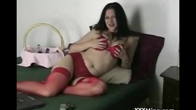 Webcam MILF plays with herself