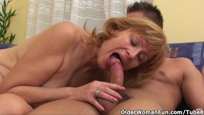 Granny gets her hairy pussy fu