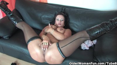 Chubby soccer mom in stockings works her hard clit