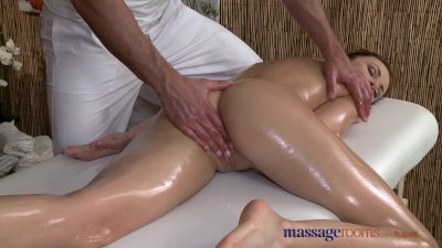 Massage Rooms Sexy client enjoys stud's big hard cock in her shaved hole
