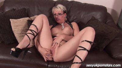 Blode British MILF plays with her sweet pussy