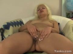 Met haar blonde haren laat deze geile milf haar kale kut goed hard afneuken! filmpje met Vaginale masturbatie