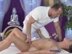 Comienza como masaje, termina como cogida, un coito loco el que recibe esta venus morena - Video Jóvenes -
