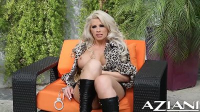 Hot blonde dirty talks as she shakes her big ass and plays with her pussy