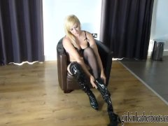 Hot kinky blonde babe flashes her wet pussy after putting on leather boots