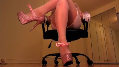 Erotic hypnotist trancing slaves with pink heels