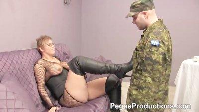 Le Sergent Fourre sa Masseuse