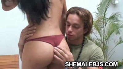 Naughty Shemale Fernandinha Shows Her Deepthroating Skills