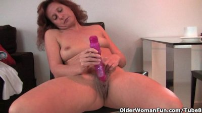 Granny fucks her hairy and swollen pussy with a dildo