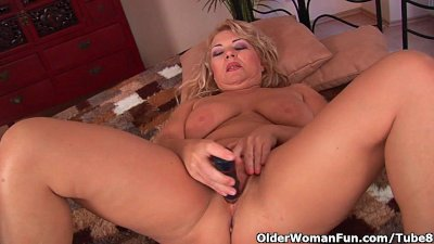 Busty Dildo Fingering video: Busty granny is toying her fuckable pussy