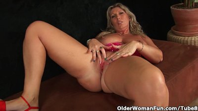 Fingering Blonde Solo video: Chunky mature mom with big tits masturbates