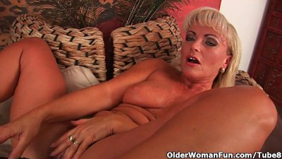 Busty Cougar Dildo video: Mature blonde with gorgeous body fucks a dildo