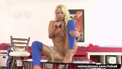 Masturbation Pantyhose Pee video: Blonde makes a pissy puddle
