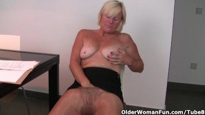 Belgium milf finger fucks her pussy after an exhausting day