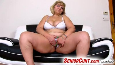 Mature pussy fingering and toy